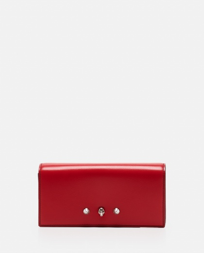 Clutch with studded skull